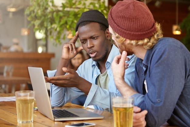 Amigos trabajando juntos en un pub