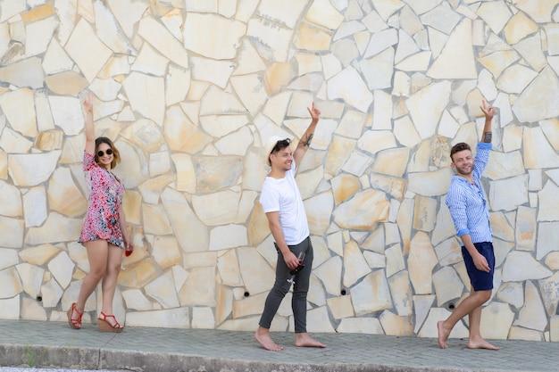 Amigos de vacaciones caminan por las calles de una pequeña ciudad europea.