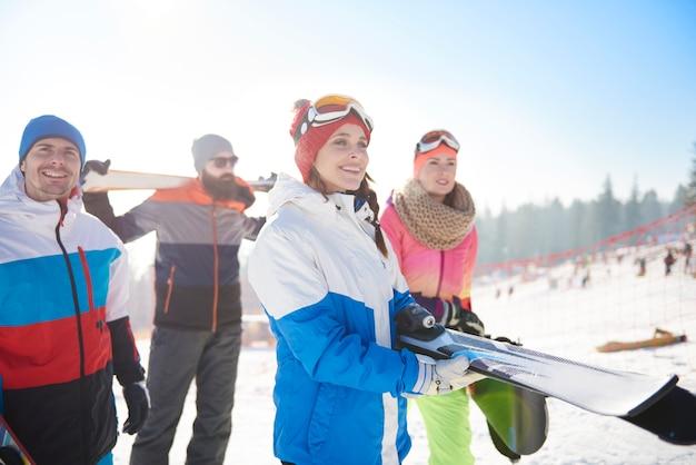 Amigos de vacaciones de esquí en las montañas