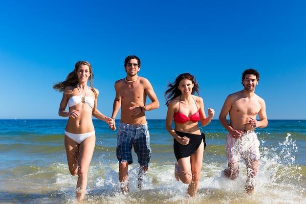 Amigos en vacaciones en la playa en verano