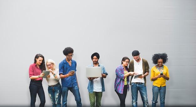Amigos variación diversidad universidad estudiantes compañeros charla