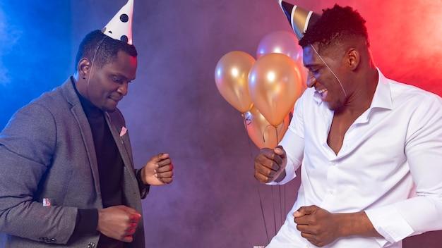 Amigos varones bailando en una fiesta