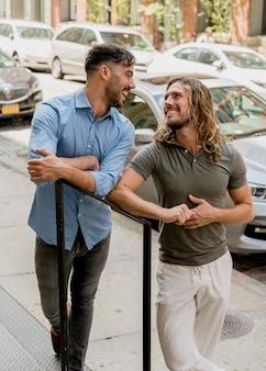 Amigos varones posando en las escaleras al aire libre