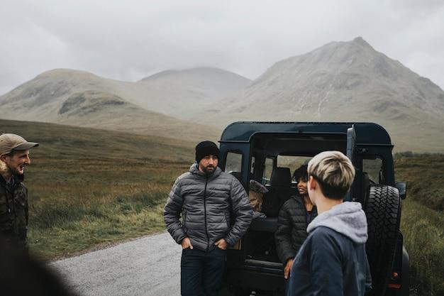 Amigos en un viaje por carretera en las tierras altas