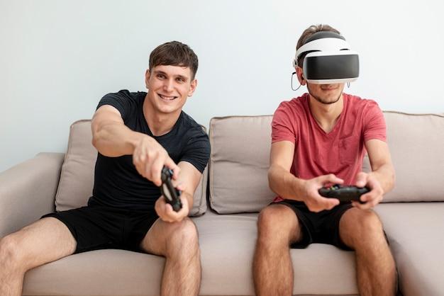 Amigos de la vista frontal jugando con los controladores