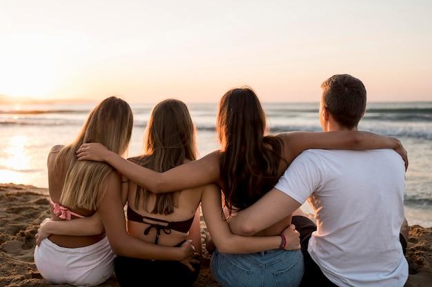 Amigos de vista trasera abrazados