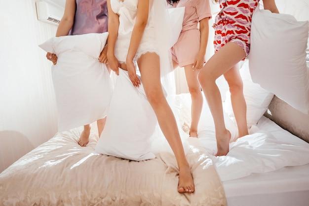 Amigos vistiendo pijamas y divirtiéndose