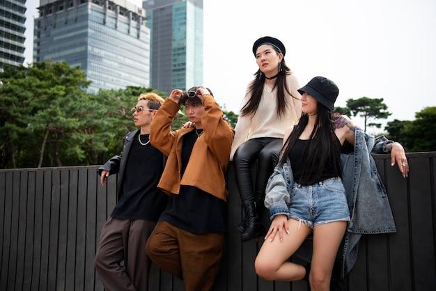Amigos vistiendo ropa de estética k-pop.