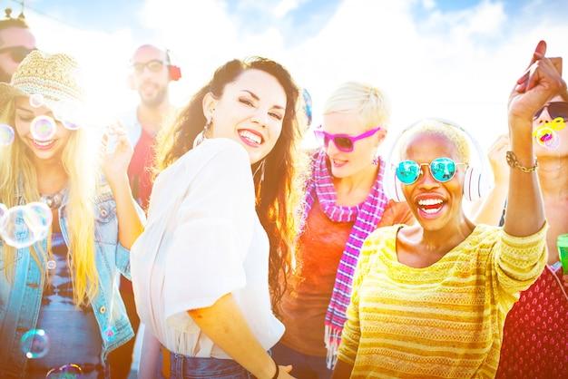 Amistad bailando vinculación playa felicidad concepto alegre
