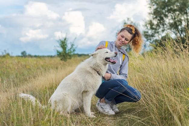 Amistad chicas y perros, adolescentes y mascotas husky caminando al aire libre