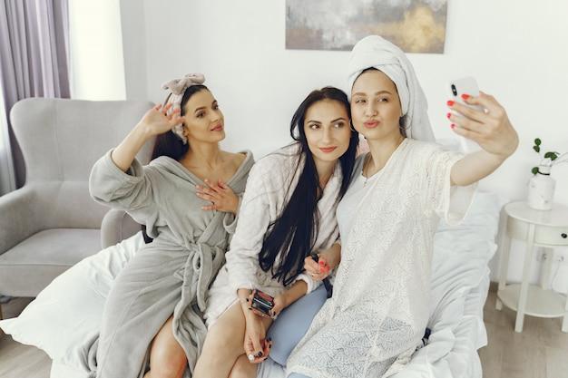 Amistad femenina y concepto de fiesta en casa