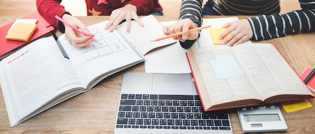 Amistad de mujeres estudiando el concepto de tecnología de intercambio de ideas