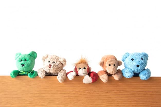 Amistad: la pandilla de osos de peluche y monos cuelgan de la madera.