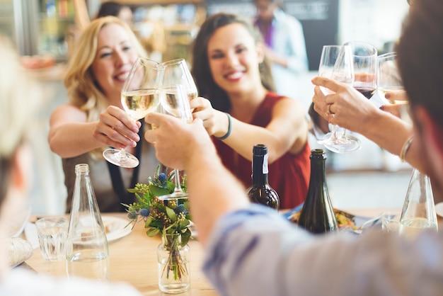 Amistades de la fiesta de amigos disfrutando del concepto de comida
