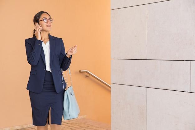 Amistoso consultor de negocios sonriente hablando con el cliente