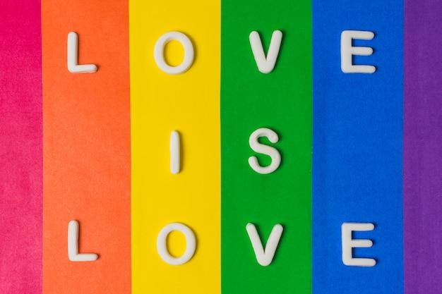 Amor es amor palabras y bandera lgbt.