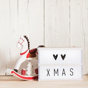 Amor mensaje de navidad con adornos y espacio de copia