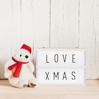 Amor mensaje de navidad con bonito oso polar y espacio de copia
