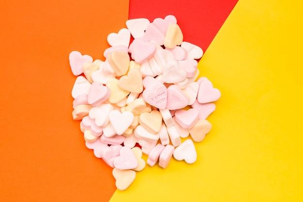 Amor palabra grabada en un dulce caramelo romántico en forma de corazón para regalar a los enamorados.