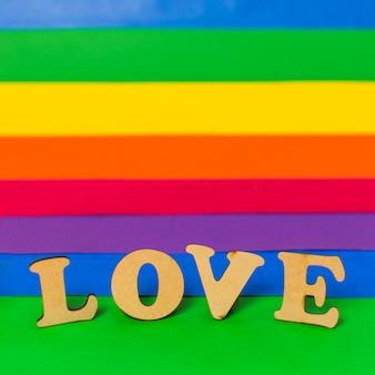 Amor palabra de madera y bandera lgbt