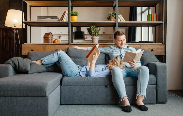 Amor pareja descansando en un cómodo sofá en casa