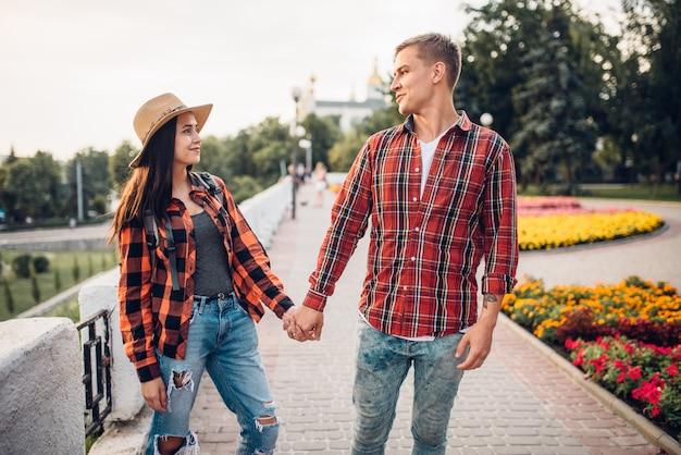 Amor pareja de turistas tomados de la mano