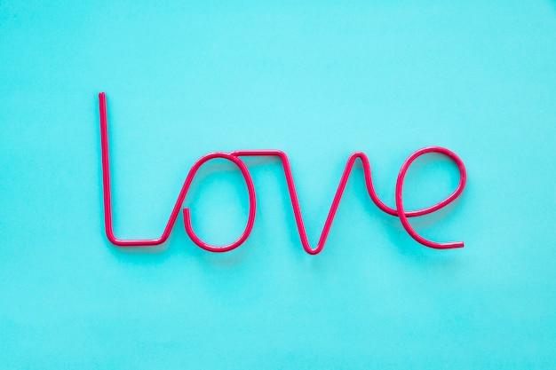 Amor rojo escribiendo en azul