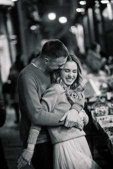 Amor, viajes, turismo, relación y concepto de citas - romántica pareja feliz abrazándose en la calle. vacaciones de san valentín