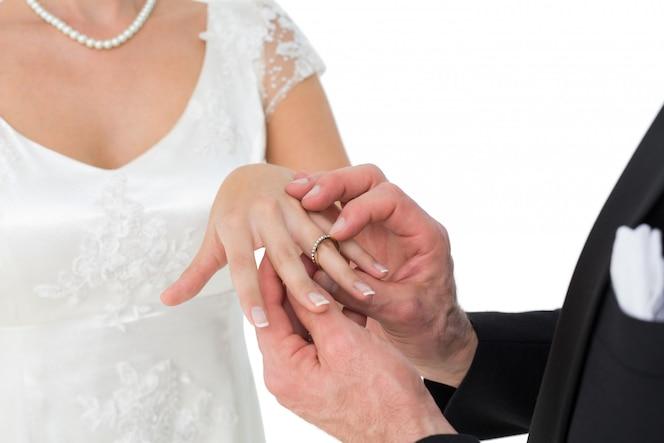Amorosa novia y el novio intercambiando el anillo de bodas