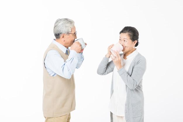 Una amorosa pareja de ancianos bebiendo agua