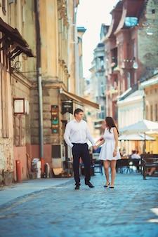 Amorosa pareja caminando en la ciudad de lviv