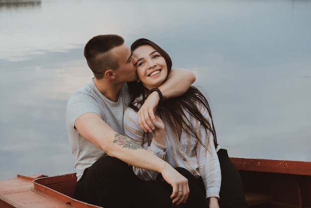 Amorosa pareja feliz abrazándose. novio y novia junto al río en verano.