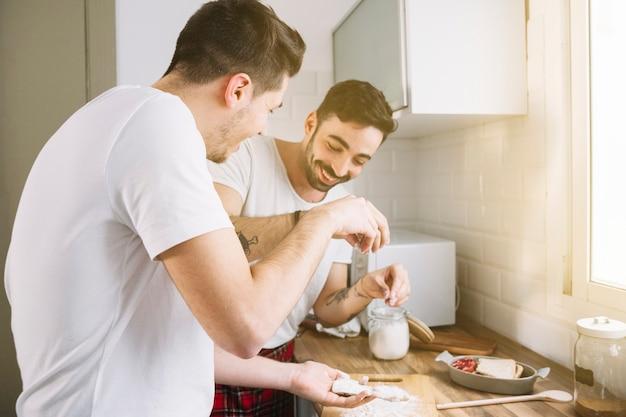 Amorosa pareja gay haciendo el desayuno juntos