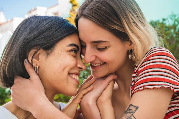Amorosa pareja de lesbianas tener una cita.