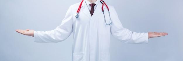 Amplia experiencia médica. el médico abrió las manos a un lado: una comparación o una balanza. cartel publicitario sobre fondo gris