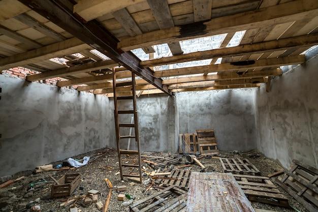 Amplia habitación en el ático en construcción y renovación.