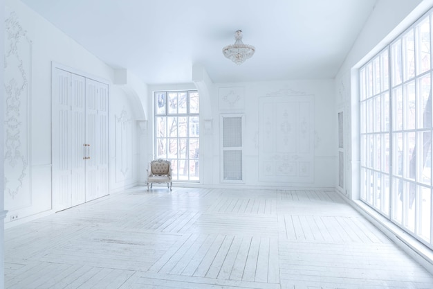 Amplia sala de estar luminosa con un elegante diseño clásico con decoración antigua y hermosos muebles elegantes en el estilo antiguo