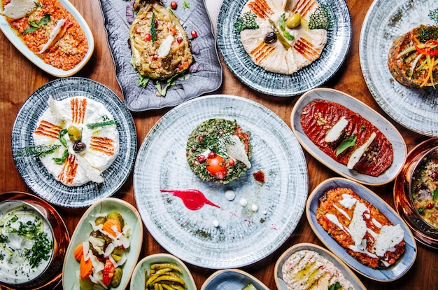 Amplia selección de comidas orientales orientales en platos rústicos sobre la mesa.