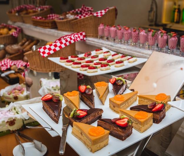 Amplia selección de productos de pastelería en un bonito buffet en una tienda.