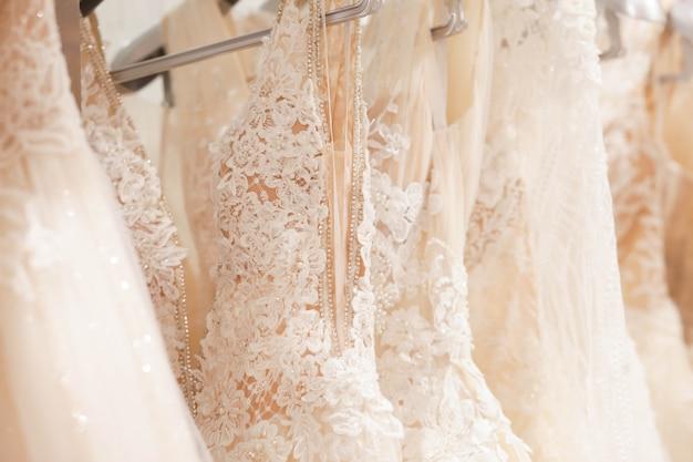 Amplia selección de vestidos en el salón de bodas.