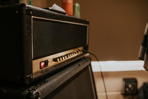 Amplificador de guitarra, equipo de música, sesión de grabación de estudio.