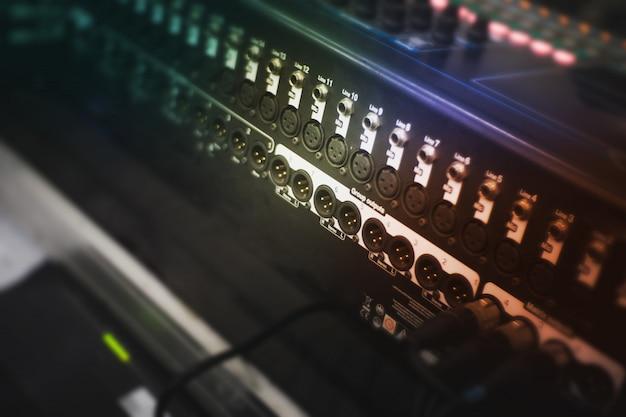 Amplificador de sonido para conectar micrófono y mezclador.