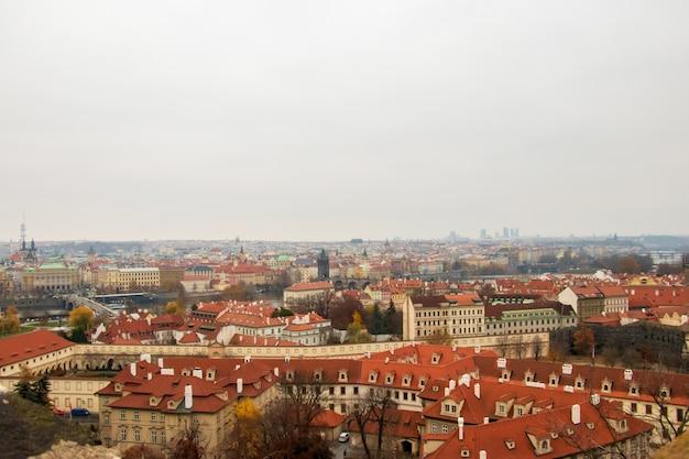 Amplio ángulo de visión de los edificios de praga bajo un cielo nublado