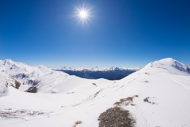 Amplio ángulo de visión de una estación de esquí en invierno.