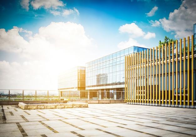 Amplio edificio de oficinas moderno