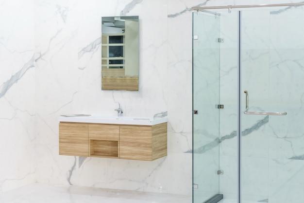 Amplio y luminoso baño moderno interior con paredes blancas.