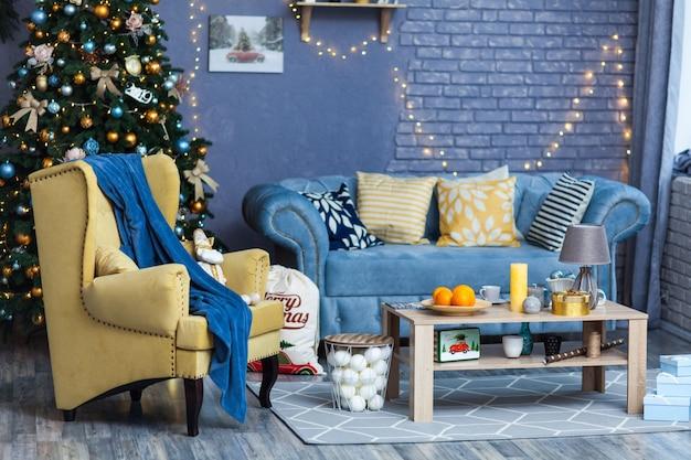 Amplio y luminoso salón decorado para navidad.