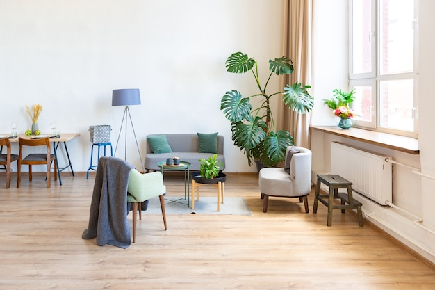 Amplio piso con grandes ventanales, parquet en el suelo y paredes claras
