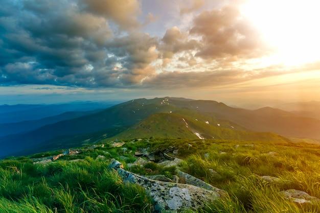 Amplio verano vista a la montaña al amanecer.