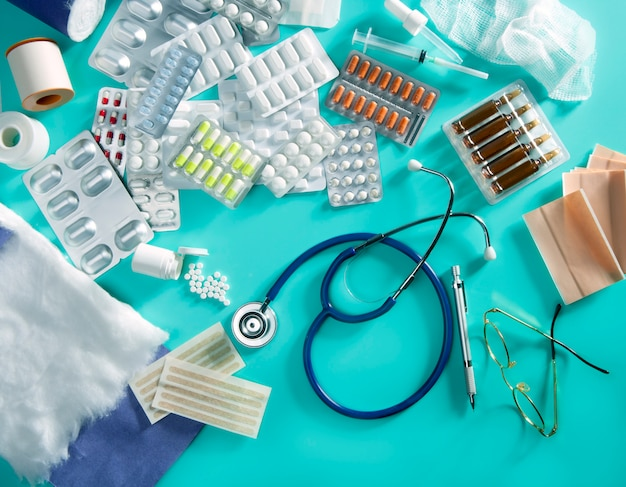 Ampolla médico pastillas médico escritorio productos farmacéuticos estetoscopio fondo verde